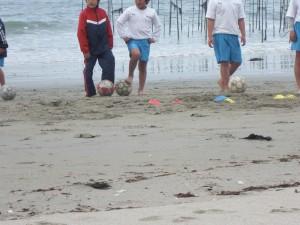 砂浜でのトレーニング中