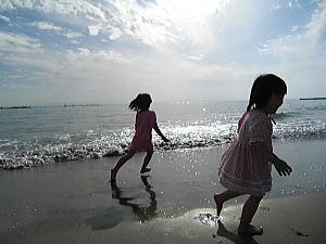 砂浜を駆け回る子供