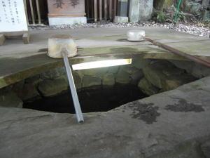 恋の水神社 池