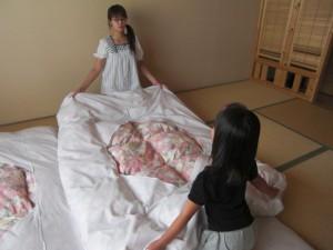 ママと力をあわせてお布団を敷きます