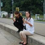 塩と健康の館にて塩アイスクリームを味見なう 道路を渡り小野浦海岸を見ながら・・・