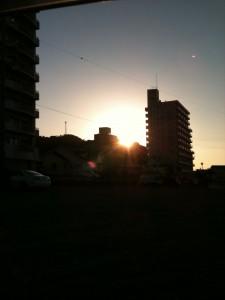 ビルの谷間からの朝日